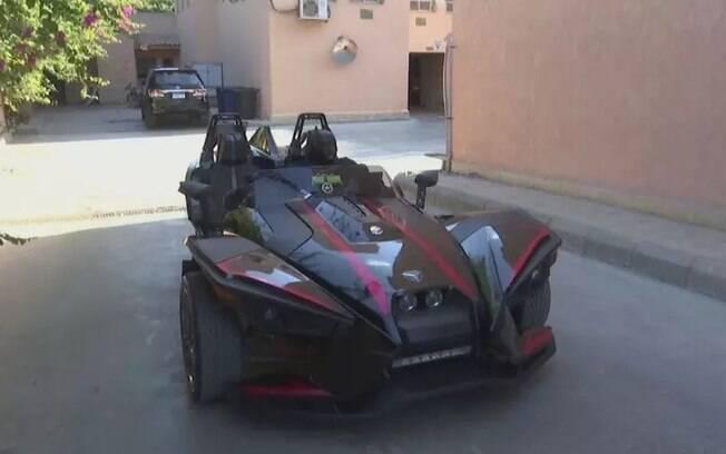 Homem fantasiado de Batman entrega máscaras no Egito