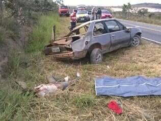 Motorista teria perdido o controle da direção, batido em barranco, capotando em seguida