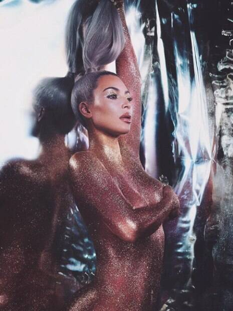Kim Kardashian posa nua para lançamento de sua marca de cosméticos