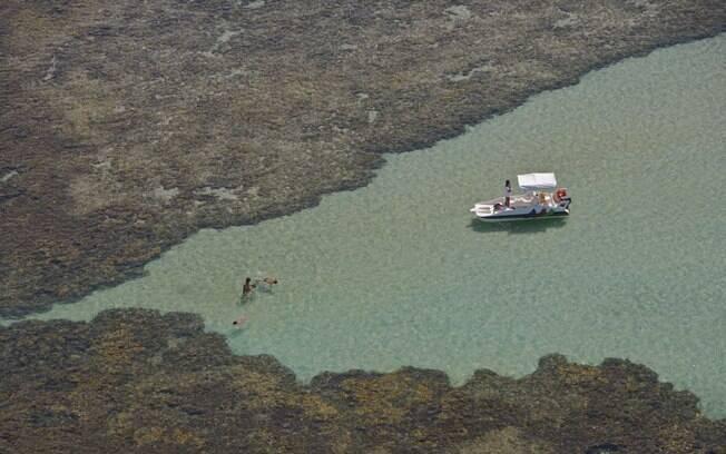 Barcos levam os turistas para mergulhar nas piscinas naturais de Porto de Galinhas