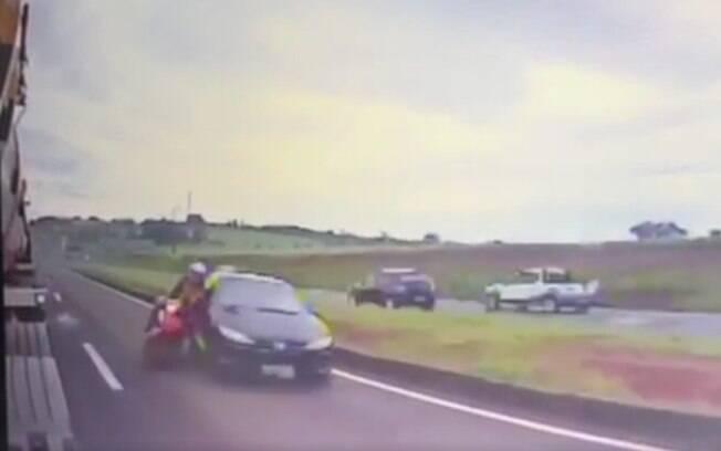 Nas imagens, é possível ver que condutor do carro tentou ultrapassagem proibida e acabou colidindo com a moto