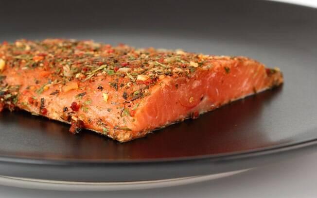 Comer mais alimentos com ômega 3 e 6 também ajuda que tem hipertensão a condição. Foto: Getty Images