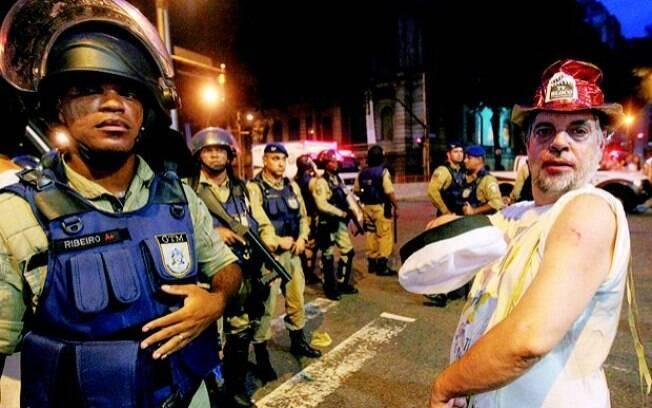 Folião mostra ferimentos diante dos guardas na Cinelândia