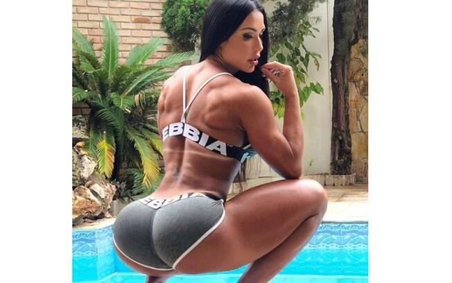 Gracyanne Barbosa provoca seguidores nas redes sociais e deixa bumbum em evidência