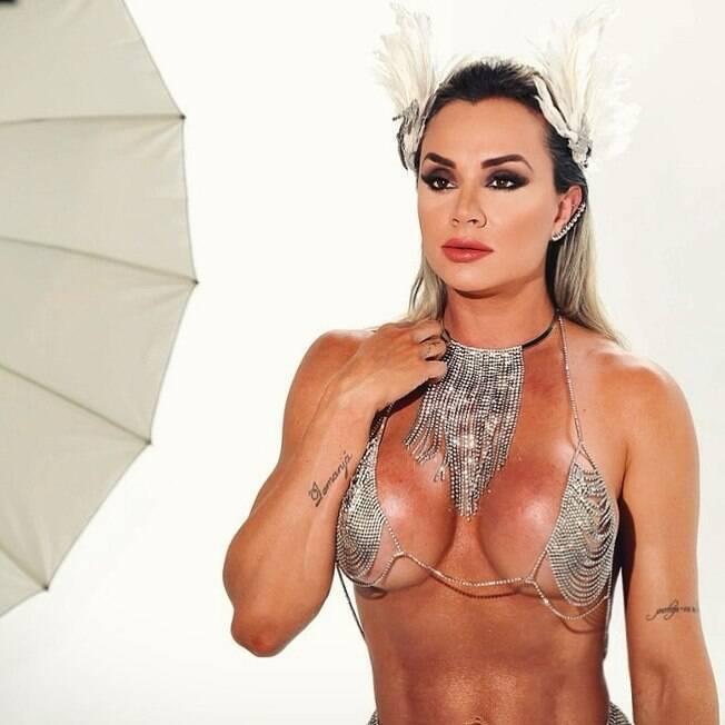 Juju Salimeni exibindo seu corpo preparado para o carnaval