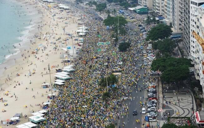 Manifestantes pedem o impeachment da presidente Dilma Rousseff, em Copacabana, Rio de Janeiro . Foto: Tasso Marcelo/ Fotos Públicas