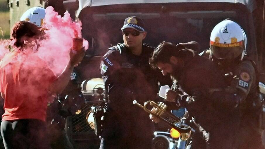 Militante do PT preso durante desfile militar
