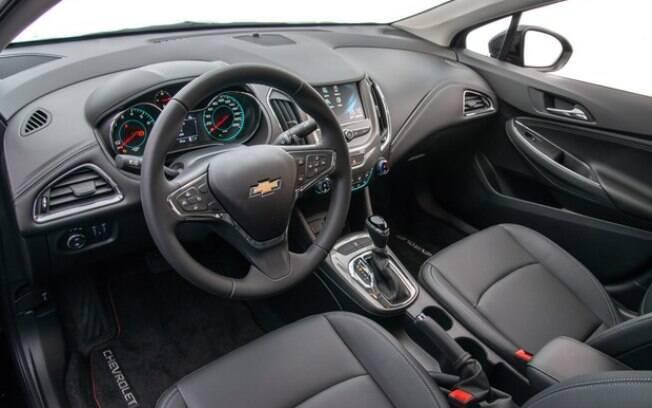 O interior do Chevrolet Cruze Sport6 na versão Black Bow Tie não traz diferenças em relação ao modelo convencional