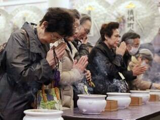Familiares de vítimas de ataque durante a Segunda Guerra Mundial fazem orações em Tóquio