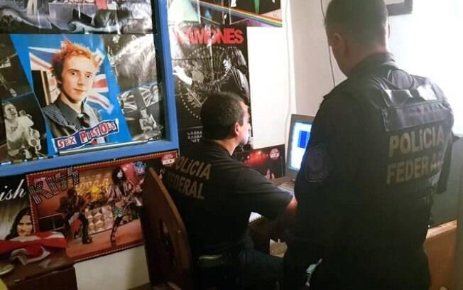 Agentes realizam buscas nos computadores dos presos durante a operação desta quinta-feira