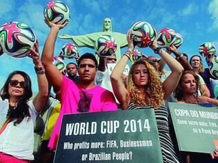 Mais um. O Movimento Rio de Paz protestou ontem contra o desperdício de dinheiro publico na Copa 2014. O ato foi  em frente à estátua do Cristo Redentor, no morro do Corcovado