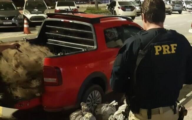 Dois homens foram detidos durante a abordagem.