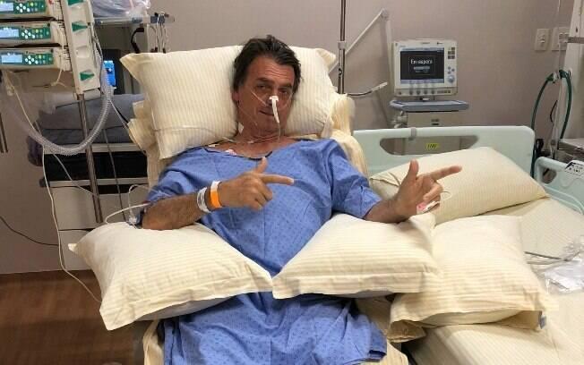 Horas após a primeira operação, na Santa Casa de Juiz de Fora, Bolsonaro já exibia o gesto característico que o consagrou durante as eleições. Desde então, o presidente passou por outros procedimentos.