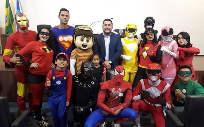 Vereador Márcio Martins posa com personagens dos trenzinhos da alegria em audiência pública na Câmara Municipal de Fortaleza