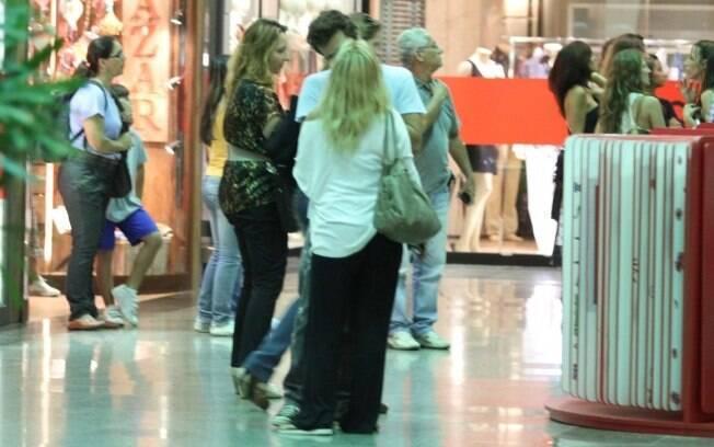 Casal troca beijo nos corredores do shopping