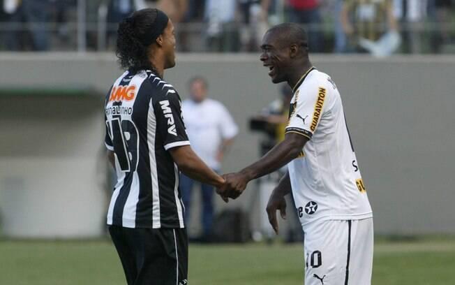 Ex-companheiros no Milan, Ronaldinho Gaúcho e  Seedorf se cumprimentam no duelo entre Atlético-MG  e Botafogo