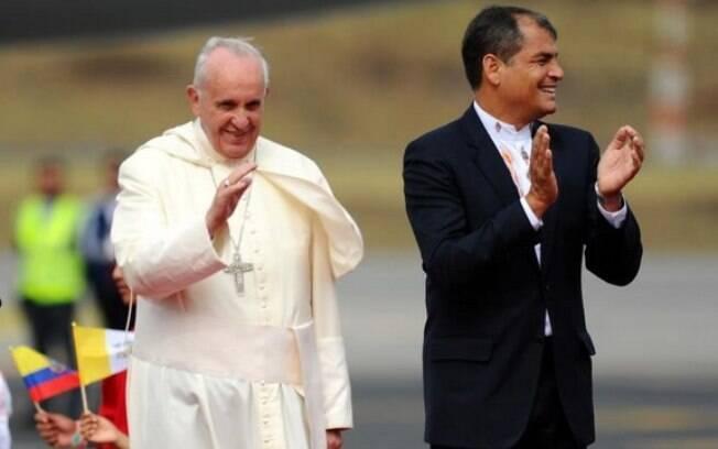 Presidente do Equador, Rafael Correa recepcionou Francisco na porta do avião. Foto: Carlos Silva/Presidencia de la República