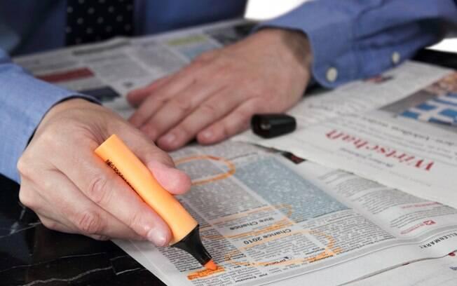 busca de emprego no jornal