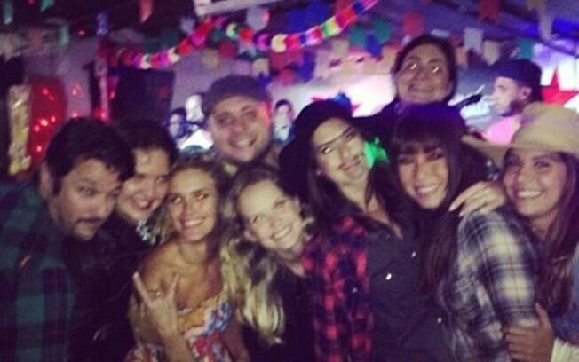 Marcelo Serrado ao lado de amigos na festa junina armada para comemorar seu um ano de casamento