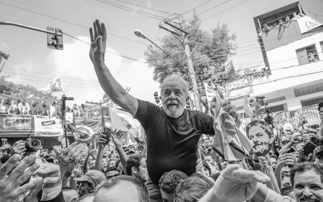 Lula tem recebido uma série de demonstrações de apoio por parte de simpatizantes, políticos e artistas