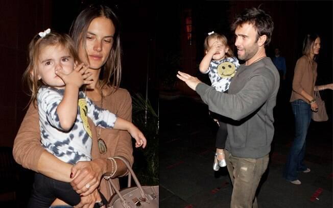 Alessandra Ambrosio foi com a família à churrascaria