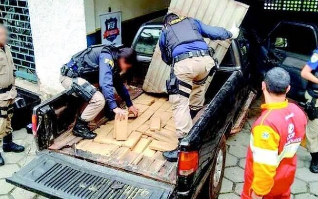 Agentes apreendem 200 quilos de maconha em um fundo falso de uma caminhonete na Dutra , em Piraí, na Região do Vale do Paraíba