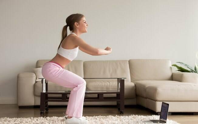 Para quem não gosta de ir à academia, é possível realizar exercícios e tonificar o bumbum sem sair de casa