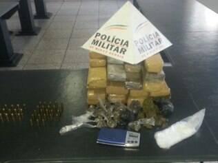 Após denúncia anônima, polícia prende dois homens com 12 kg maconha