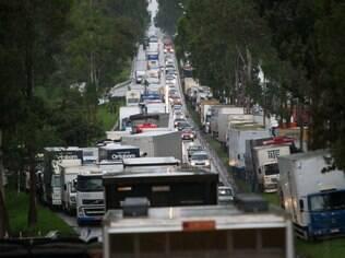 Caminhões parados na BR 040, em Belo Horizonte, nesta terça (24), sexto dia de greve