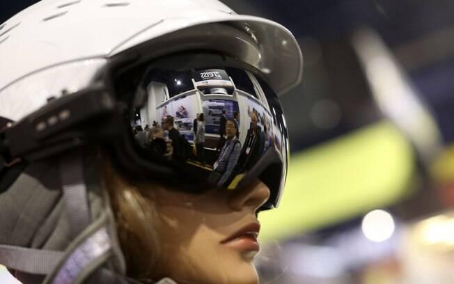 Pessoas aparecem refletidas nas lentes do Liquid Image Apex HD, aparato que faz vídeo e fotos
