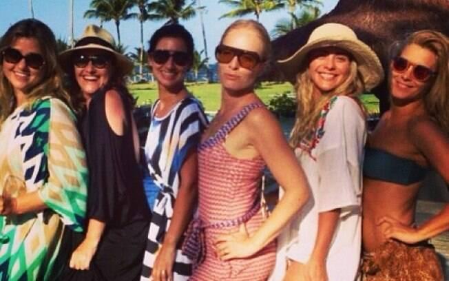 Angélica e Carolina Dieckmann fazem pose com as amigas: 'Vem 2014!'