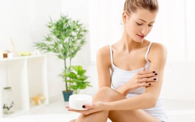 Uma opção para os cuidados com a pele do corpo inteiro é apostar em um esfoliante natural que usa base de óleo de açaí