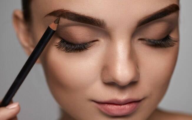 Segundo profissional, não é indicado fazer o design de sobrancelha sozinha e nem usar produtos que não sejam específicos