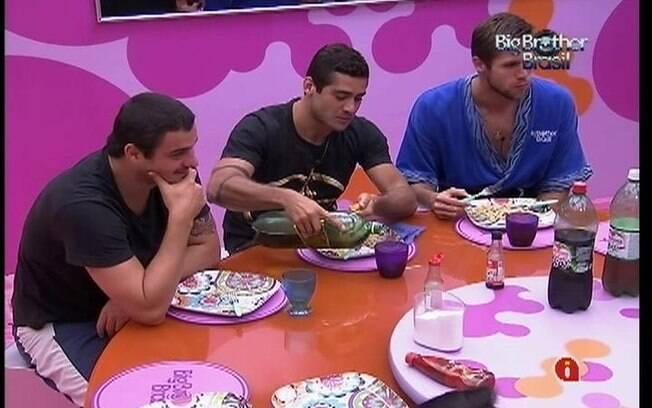 Brothers jantam comida preparada por meninos da Selva