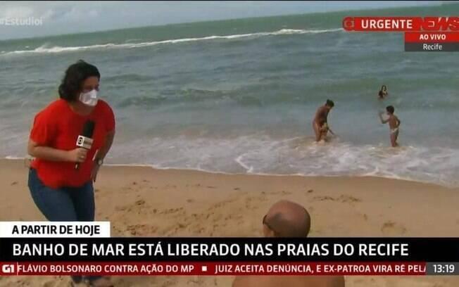 Bianka Carvalho chamando atenção de banhista sem máscara
