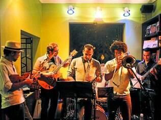 Palco. Localizado na Savassi, Café com Letras sedia apresentações de bandas de jazz e música instrumental e cobra couvert artístico