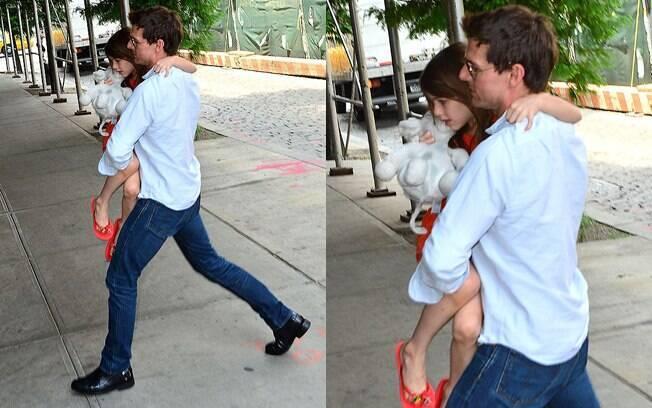 Tom Cruise foi fotografado entrando em um hotel ao lado da filha Suri, em Nova York