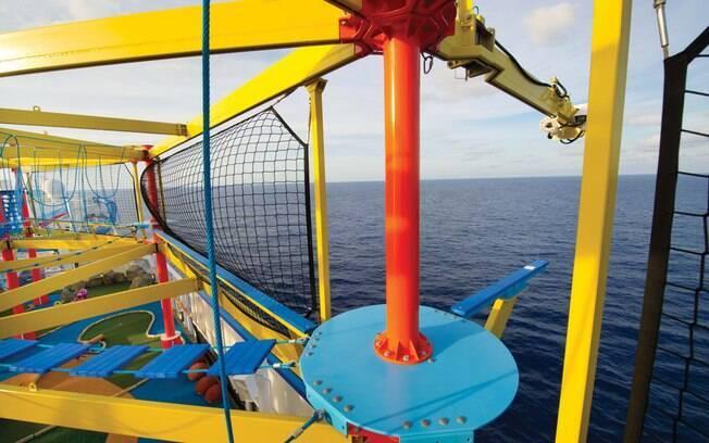 Uma das atrações mais radicais dos cruzeiros da Norwegian Cruise Line é The Plank, essa estreita prancha azul que fica para fora do navio para o viajante ter a sensação de que vai cair no mar, mas calma que tem equipamento de segurança