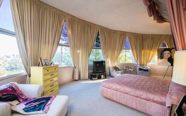 A cama que está na suíte master ainda é a mesma que estava na casa quando o casal ficou por lá