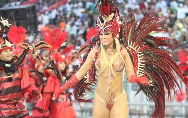 Juju Salimeni apareceu só de tapa-sexo no desfile da Mancha Verde. Foto: Futura Press