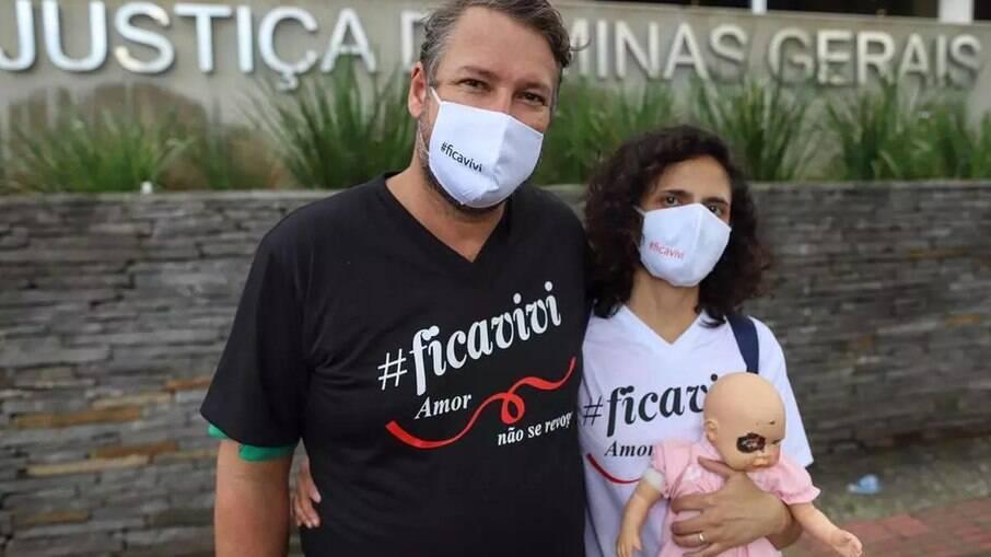 Pais adotivos da Vivi protestam sobre guarda da criança
