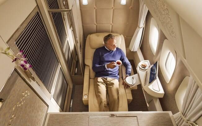 O único momento em que você terá de abrir a porta da cabine da Emirates será para pegar a comida que encomendar