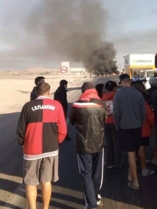 Ônibus com torcedores do Flamengo é impedido de passar em rodovia do Chile