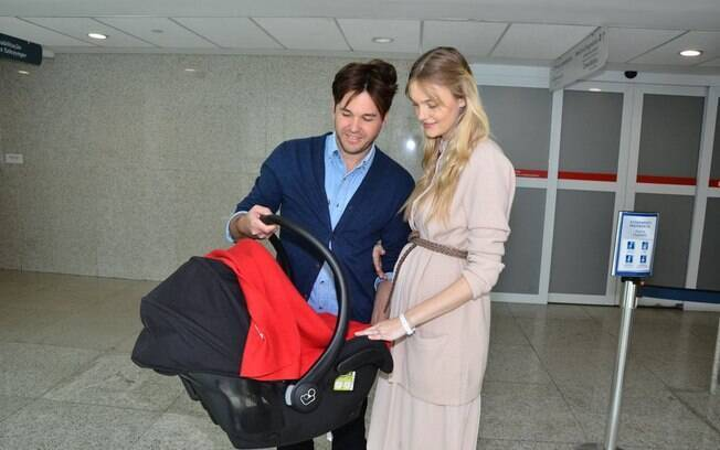 Carol Trentini e Fábio deixam maternidade com Bento