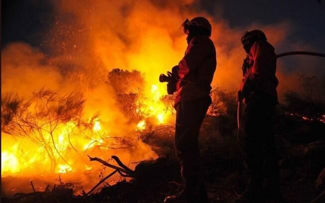 Incêndios acontecem em Portugal e Espanha; pelo menos quatro mil bombeiros portugueses tentam apagar os focos