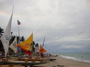 A jangada, embarcação típica da região, colore a praia de Portos de Galinhas