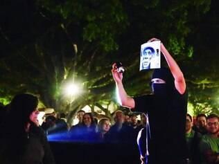 """Performance. Humor e improvisação é uma das marcas do """"Queimão Fotográfico"""", que começou no Festival de Fotografia de Tiradentes"""