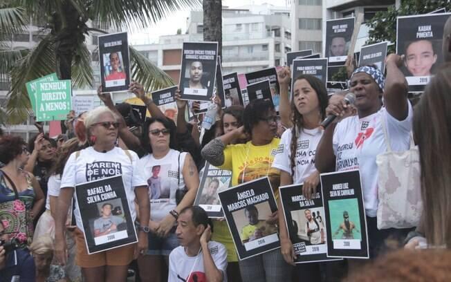 Manifestantes em Ipanema criticam o aumento no número de mortes causadas por policiais