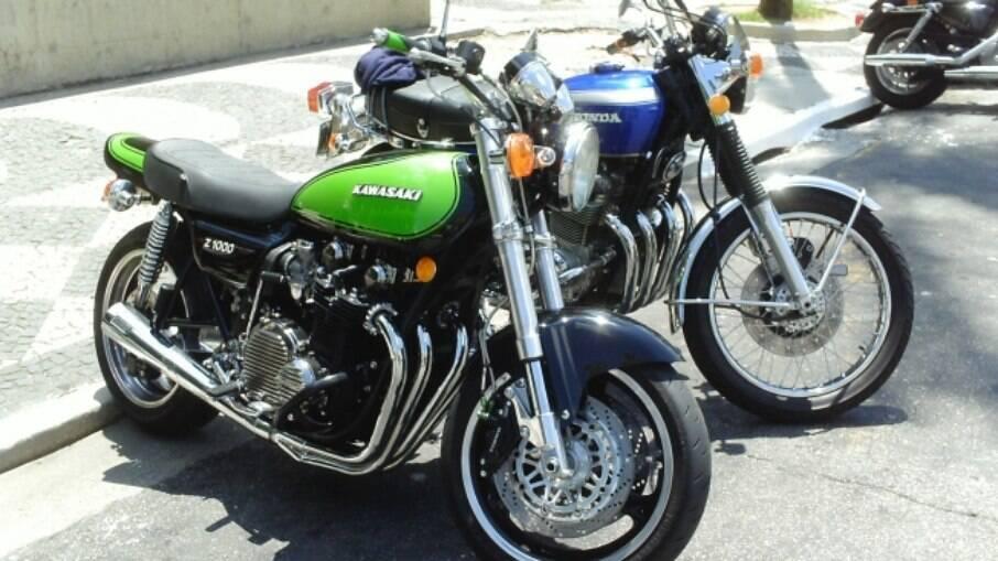 A verdona aí é uma Kawasaki Z1000 com suspensão dianteira de Ninja. Ao lado, outra Honda CB 750 Four