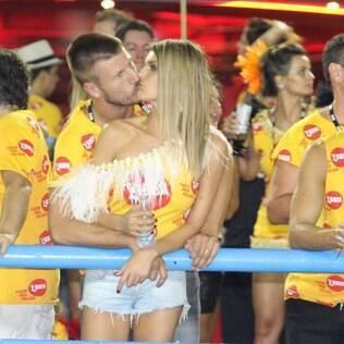 Fernanda Lima e Rodrigo Hilbert curtem carnaval em clima de romance